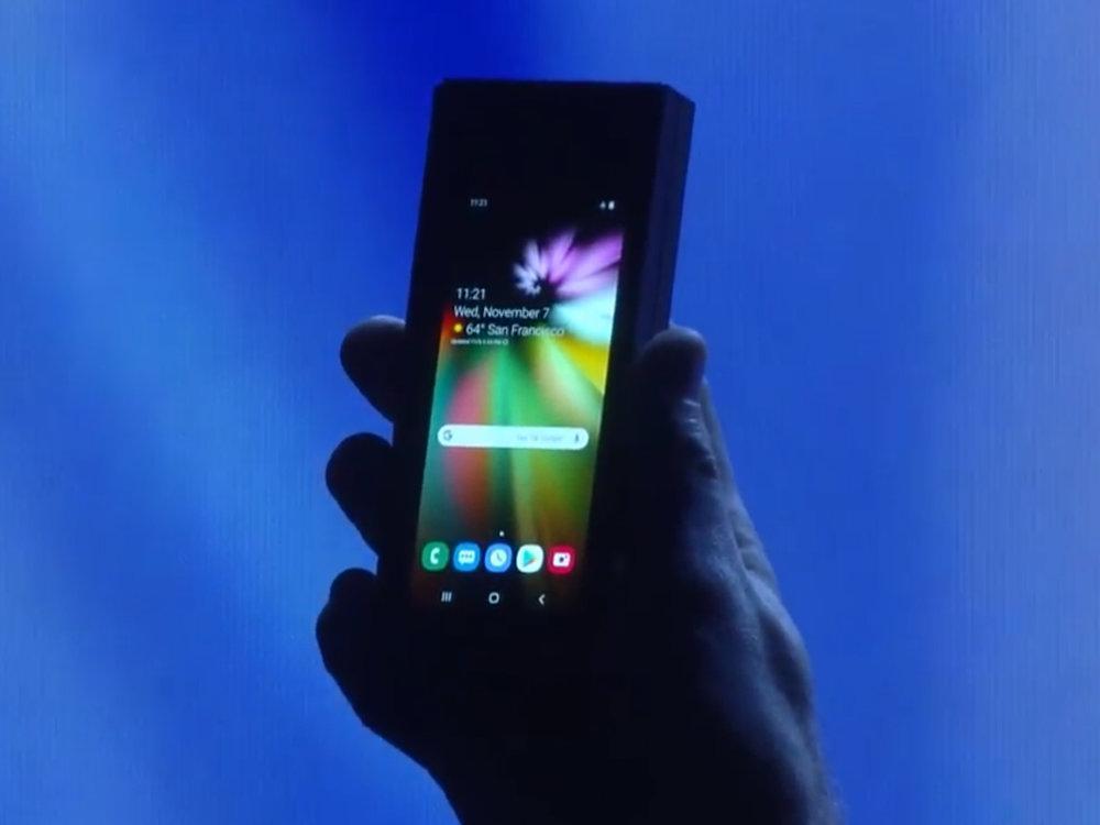 رونمایی سامسونگ از فناوری نمایشگر تاشوی خود در تاریکی، عکس