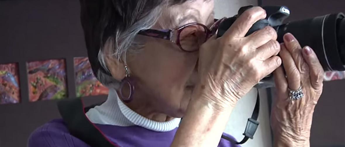 نخستین زن فتوژورنالیست ژاپنی در سن 101 سالگی عکاسی می نماید
