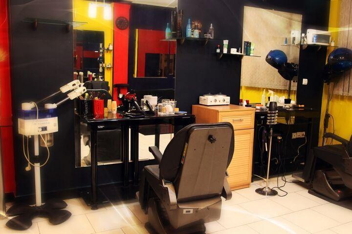 خبرنگاران آرایشگاه های زنانه و مردانه استان سمنان تا اطلاع بعدی تعطیل شد